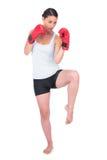 Modelo sano con el retroceso con el pie de los guantes de boxeo Foto de archivo libre de regalías