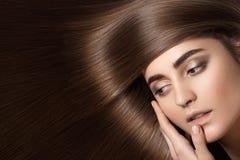 Modelo sensual da mulher com cabelo escuro reto Penteado longo brilhante da saúde Fotografia de Stock