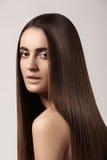 Modelo sensual de la mujer con el pelo oscuro recto Peinado largo brillante de la salud Fotos de archivo