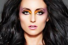 Modelo sensual. Maquillaje oriental y pelo largo del volumen fotos de archivo