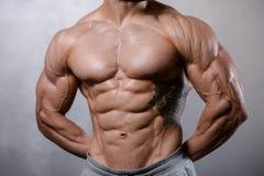 Modelo 'sexy' caucasiano da aptidão no fim do gym acima do Abs imagem de stock royalty free