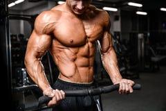 Modelo 'sexy' caucasiano da aptidão no fim do gym acima do Abs imagens de stock royalty free