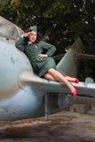 Modelo 'sexy' do pino-acima na saudação WW2 uniforme foto de stock