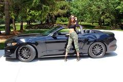 Modelo 'sexy' na menina bonita do carro desportivo com um carro do músculo do poder de cavalo da fase 3 900 HP de Roush do mustan Fotos de Stock Royalty Free