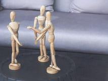 Modelo simulado de madera tres en la acción de la reunión Concepto para el trabajo en equipo en negocio Imagenes de archivo