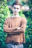 Modelo sonriente del hombre hermoso asiático en parque fotografía de archivo libre de regalías