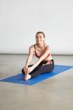 Modelo sonriente joven de la aptitud que hace el entrenamiento de la yoga o de los pilates Imagen de archivo libre de regalías