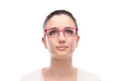 Modelo sonriente que presenta con gafas de la moda Foto de archivo