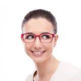 Modelo sonriente que presenta con gafas de la moda Fotos de archivo