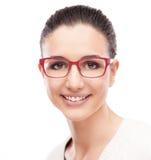 Modelo sonriente que presenta con gafas de la moda Foto de archivo libre de regalías