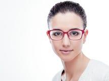 Modelo sonriente que presenta con gafas de la moda Fotografía de archivo