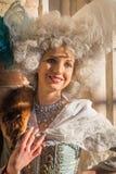 Modelo sonriente vestida en traje en el carnaval de Venecia Fotos de archivo libres de regalías