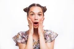 Modelo sorprendido belleza Girl del adolescente Muchacha adolescente alegre hermosa con las pecas y el maquillaje amarillo El pro fotografía de archivo libre de regalías