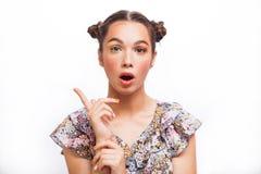 Modelo sorprendido belleza Girl del adolescente Muchacha adolescente alegre hermosa con las pecas y el maquillaje amarillo El pro foto de archivo