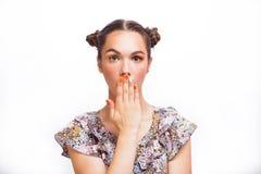 Modelo sorprendido belleza Girl del adolescente Muchacha adolescente alegre hermosa con las pecas y el maquillaje amarillo El pro foto de archivo libre de regalías