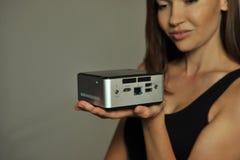 Modelo sosteniendo a mano el mini ordenador Imagenes de archivo