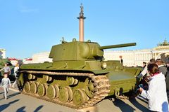Modelo soviético 1941 do carro de combate médio T-34 no contexto do Alexan Imagem de Stock