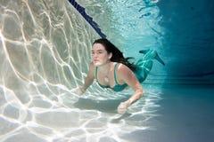 Modelo subaquático em uma associação que veste uma cauda das sereias Imagens de Stock