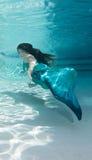 Modelo subaquático em uma associação que veste uma cauda das sereias Fotografia de Stock Royalty Free