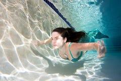 Modelo subaquático em uma associação que veste uma cauda das sereias Imagem de Stock Royalty Free
