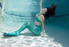 Modelo subaquático em uma associação que veste uma cauda das sereias Imagens de Stock Royalty Free