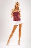 Modelo tanned magro na saia branca Fotos de Stock