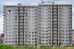 Modelo texturizado de una pared residencial de la construcción de viviendas del whitestone ruso con muchas ventanas y del balcón  Fotos de archivo libres de regalías