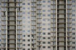 Modelo texturizado de una pared residencial de la construcción de viviendas del whitestone ruso con muchas ventanas y del balcón  Imagenes de archivo