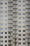 Modelo texturizado de una pared residencial de la construcción de viviendas del whitestone ruso con muchas ventanas y del balcón  Fotografía de archivo libre de regalías