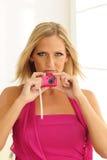 Modelo usando cámara rosada del juguete Imagen de archivo