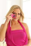 Modelo usando cámara rosada del juguete Foto de archivo
