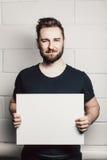 Modelo vazio branco da placa do cartão da posse do homem da barba Fotografia de Stock Royalty Free