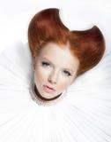 Modelo vermelho novo glamoroso do cabelo no colar branco Imagem de Stock