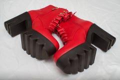 Modelo vestindo um par de botas vermelhas durante o Armani desfile imagens de stock royalty free