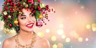 Modelo Woman - maquillaje de Navidad del día de fiesta con el árbol de navidad imagen de archivo
