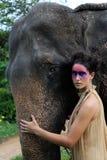 Modelo y elefante. fotografía de archivo libre de regalías