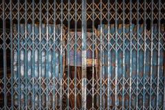 Modelo y fondo de acero plegables de la textura de la puerta de la puerta de acero fotos de archivo