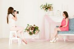 Modelo y fotógrafo de sexo femenino en photoshooting Foto de archivo