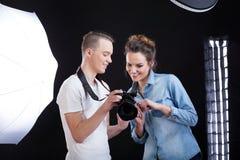 Modelo y fotógrafo que miran la imagen imagen de archivo libre de regalías