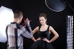Modelo y fotógrafo superiores imagen de archivo