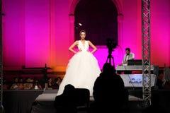 Modelo y fotógrafos de moda de la novia Imagen de archivo