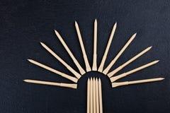 Modelontwerp reeks beige pennen op de donkere houten achtergrond samenstelling stock fotografie