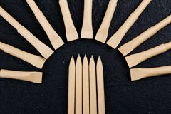 Modelontwerp reeks beige pennen op de donkere houten achtergrond samenstelling stock afbeeldingen