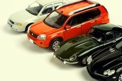 Modelos à escala dos carros em um fundo branco Imagens de Stock
