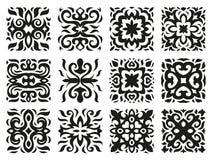 Modelos étnicos bajo la forma de tejas blancos y negros Imagenes de archivo