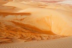 Modelos abstractos de la duna en el cuarto vacío Imagen de archivo