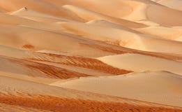 Modelos abstractos de la duna en el cuarto vacío Fotos de archivo libres de regalías