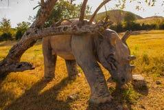 Modelos animales prehistóricos, esculturas en el valle del parque nacional en Baconao, Cuba Fotografía de archivo