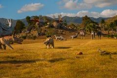 Modelos animales prehistóricos, esculturas en el valle del parque nacional en Baconao, Cuba Fotos de archivo