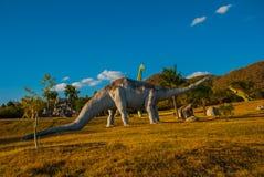 Modelos animales prehistóricos, esculturas en el valle del parque nacional en Baconao, Cuba Foto de archivo libre de regalías